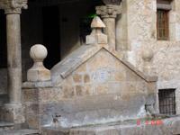 fontaine sur la place de Budia