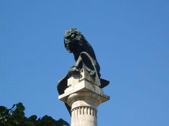 une gigantesque colonne supporte l'aigle napoléonien terrassé par le lion royal lusitanien
