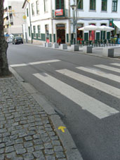 Une flèche jaune du chemin