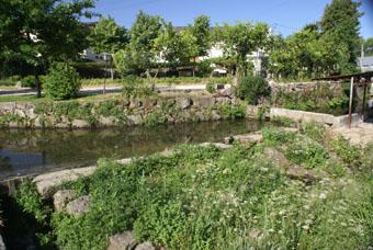La voie romaine suit la rivière