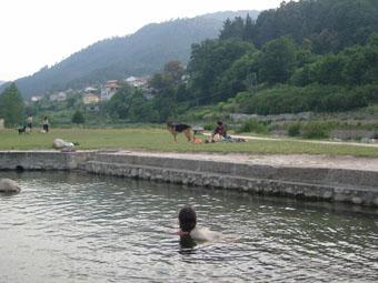 La piscine à la sortie des thermes