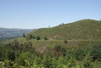 On voit la voie romaine qui suit le contour de la montagne