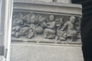 chapiteau dans le portail Les vendanges