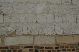 Les graffitis sur la façade de l'église