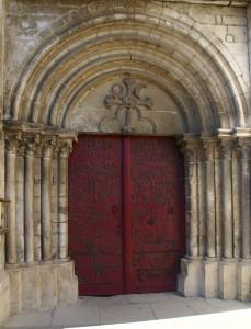La porte romane couverte de fers à cheval