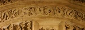 A gauche les signes du zodiaque, à droite les travaux des mois, au centre, dans des cercles, un chien , un acrobate, une sirène, symbolisent les cycles du temps.