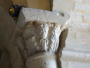 Chapiteau roman dans le porche