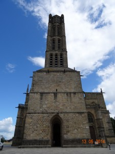 Le clocher haut de 62 m La partie romane comportant le porche et les deux premiers étages a été masquée lors des travaux de renforcement du XIVème siècle