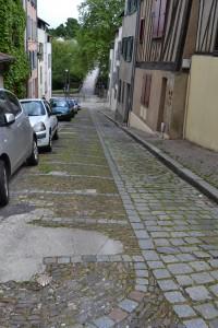Rue du pont Saint Etienne Le pavement est constitué de gazettes;boites de terre utilisées pour la cuisson des porcelaines