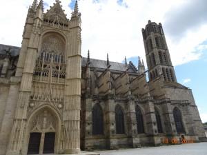 Façade avec le superbe portail gothique flamboyant Saint Jean